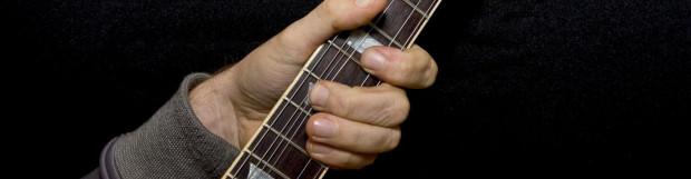Comment tenir une guitare