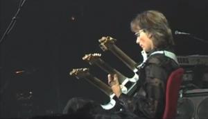 steve_vai_guitare_a_3_manches
