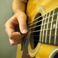 Tenue du médiator pour jouer de la guitare