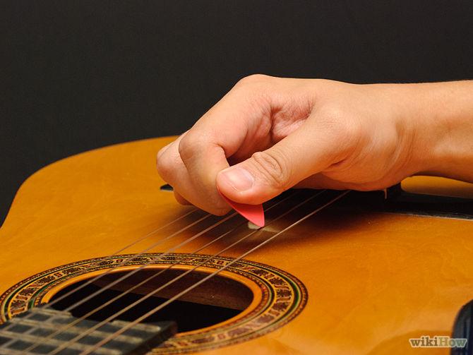 Palm muting - étape 3 : grattez les cordes pour obtenir un son étouffé