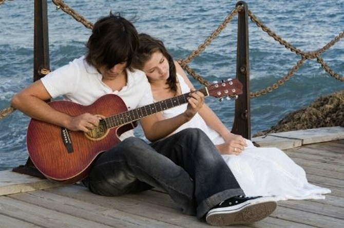 Love couple Guitar Wallpaper : Jouer de la guitare pour draguer (s?rieux ?...)